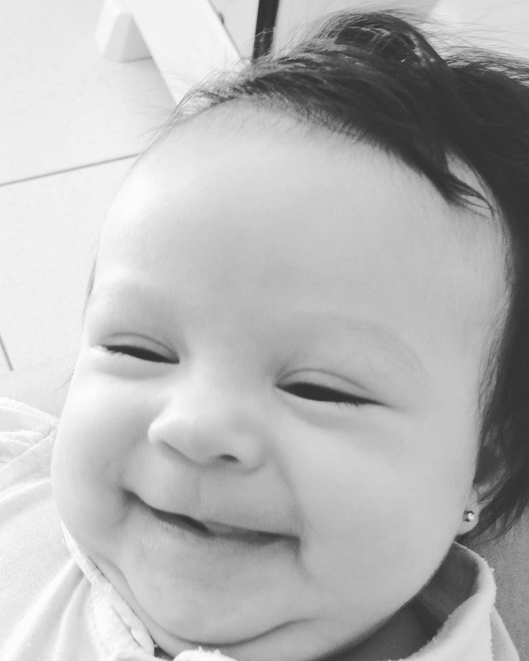 S O R R I S O  B A N G U E L A  Um ótimo domingo pra todos que estão se derretendo com esse sorriso mais lindo e gostoso do Brasil  Minha IsaMora tá crescendo! . . #titiacoruja #isadora #sorrisobanguela #gatinhadatia