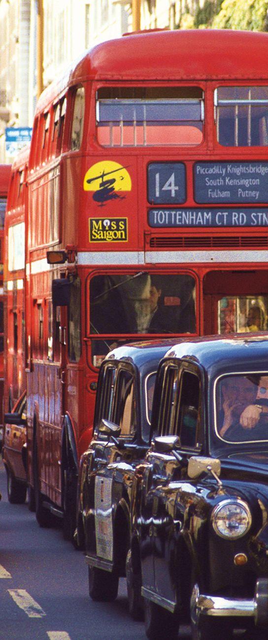 Autobuses y taxis de Londres en los años 90. Marca el tiempo la publicidad en el autobús del musical Miss Saigon, que se represento en Londres entre 1989 y 1999.