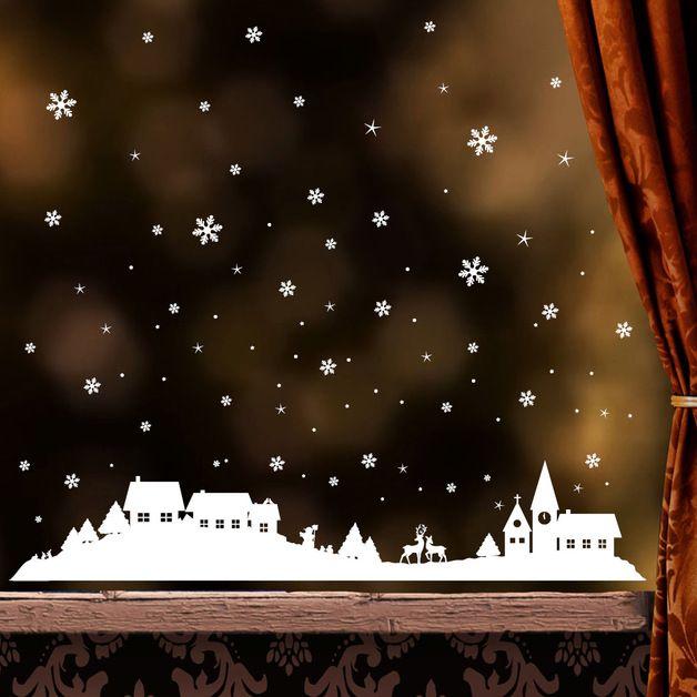 winterliches fensterbild mit verschneiter stadt