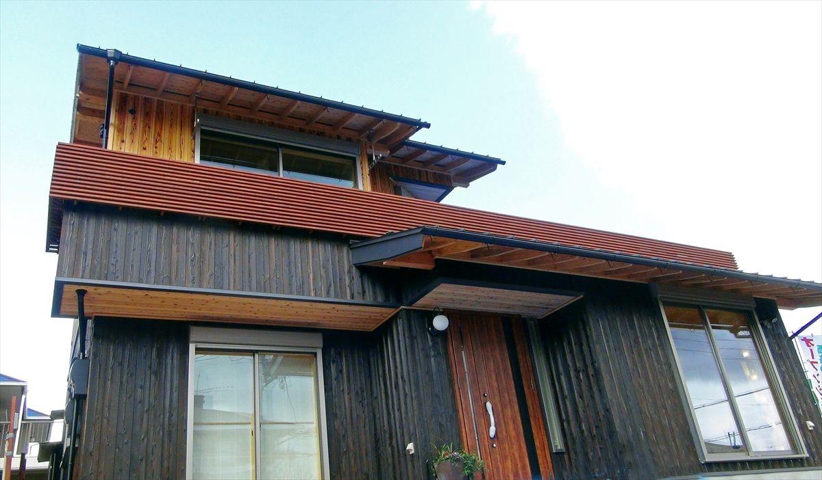 和邇の家 外壁仕上げは2色の杉板とそとん壁を使いまとめました