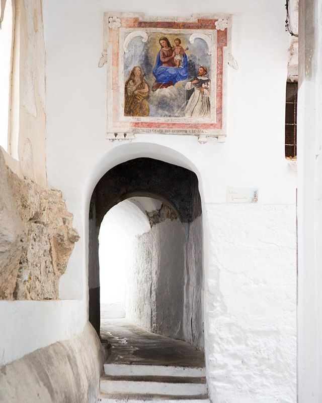 Possibly my favourite arch in Italy? There is something about the beautiful organic shape of the door, the white walls, the painted madonna saying 'pick me'!
