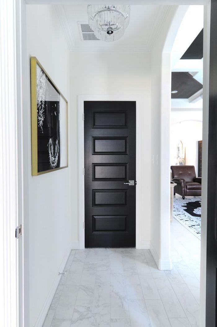 une porte d 39 int rieur en noir mat et une photo encadr e. Black Bedroom Furniture Sets. Home Design Ideas