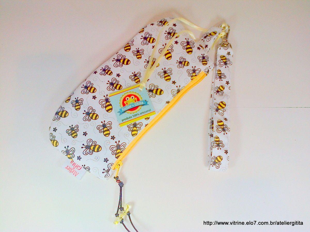 Mini clutch com alça removível em tecido nacional 100% algodão e pingente no zíper. Ideal para ir a qualquer lugar levando o essencial. Celular, dindin, chaves, cartão e make up...
