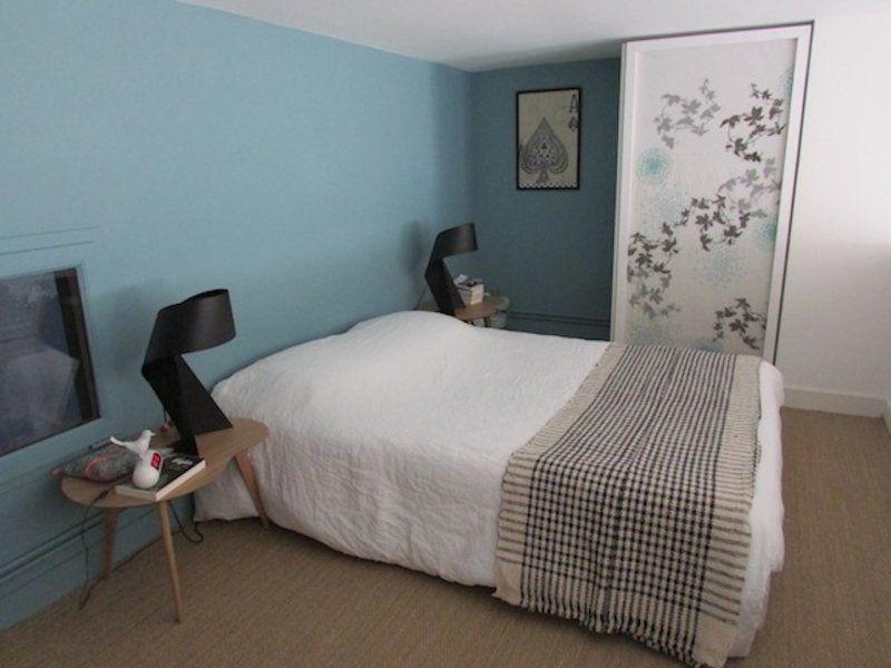 Appartement à Bordeaux. Murs bleus, bois clair, noir et blanc