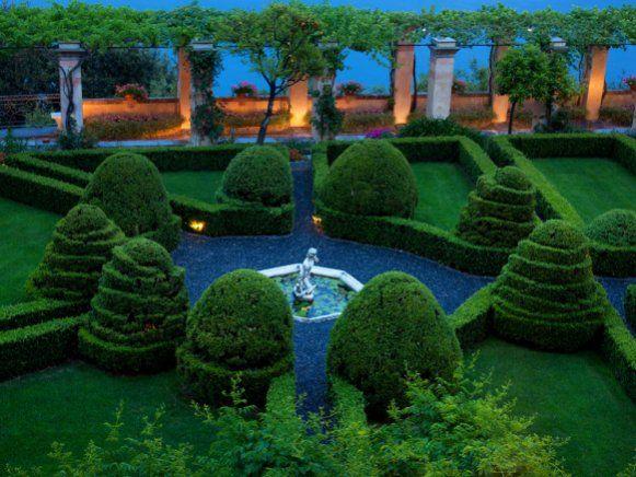 Der Marmorbrunnen aus dem 17. Jahrhundert ist von Buchsbaumspiralen umgeben.