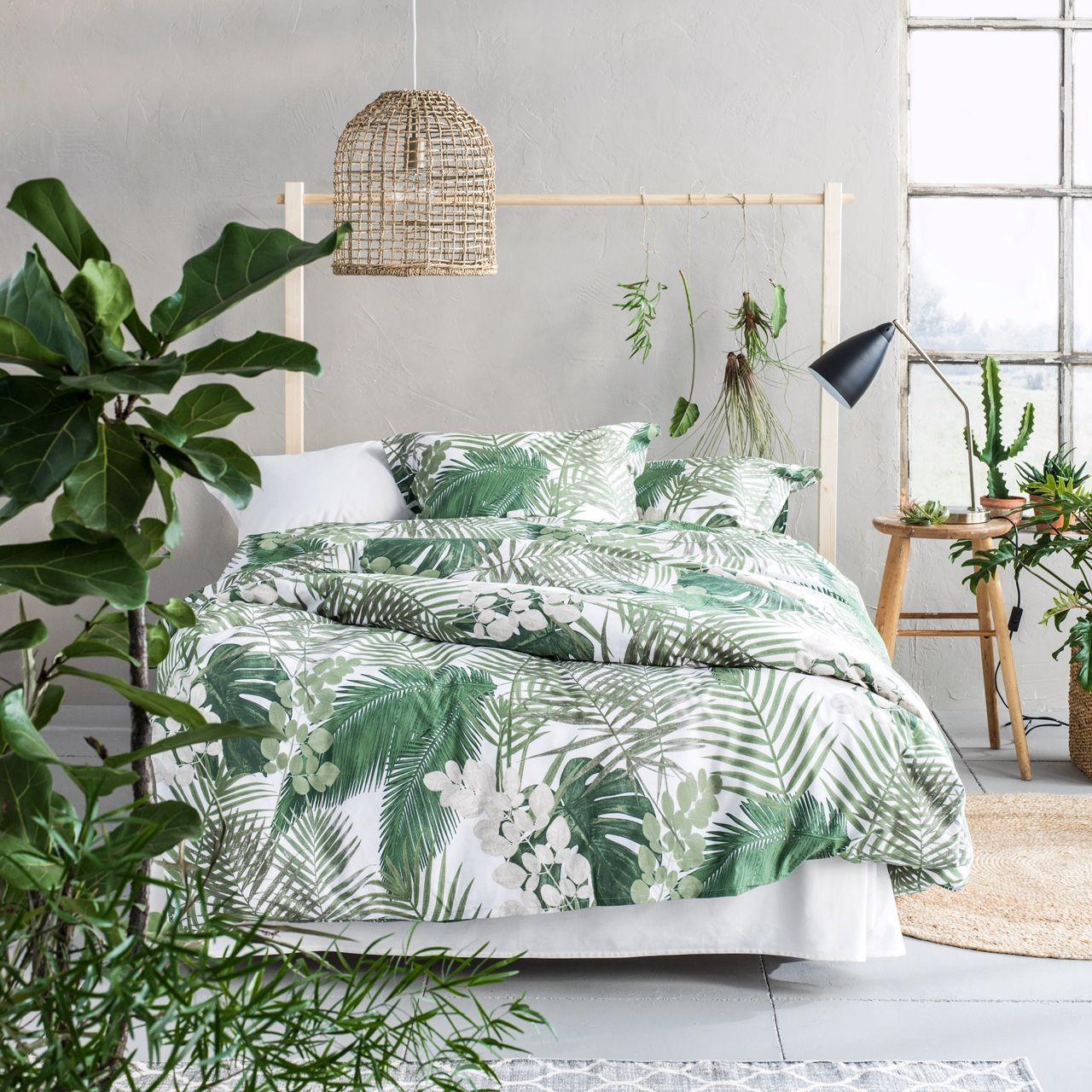 Une chambre lumineuse décorée dans un style tropical, très tendance ...