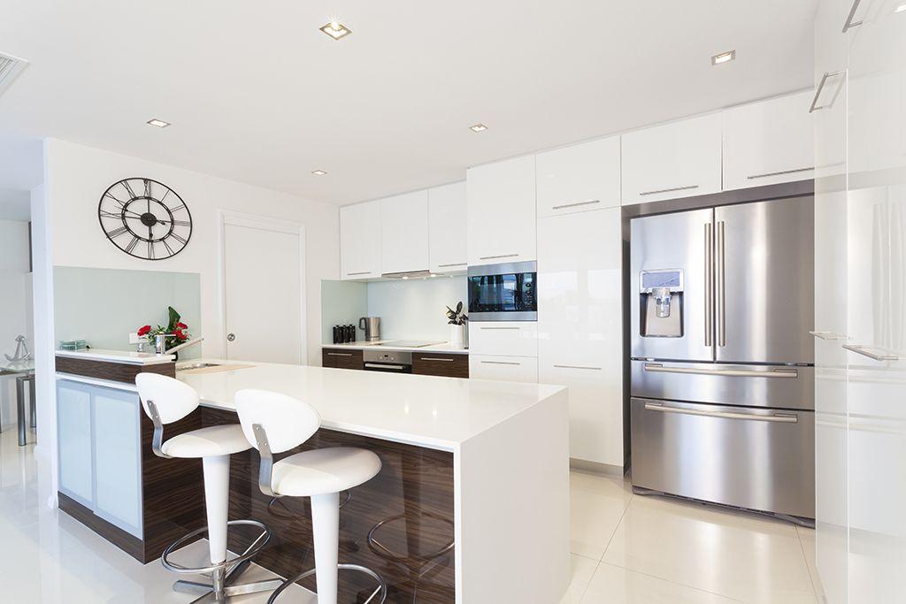 Cocina integrada con el salón en blanco. los elementos de ...
