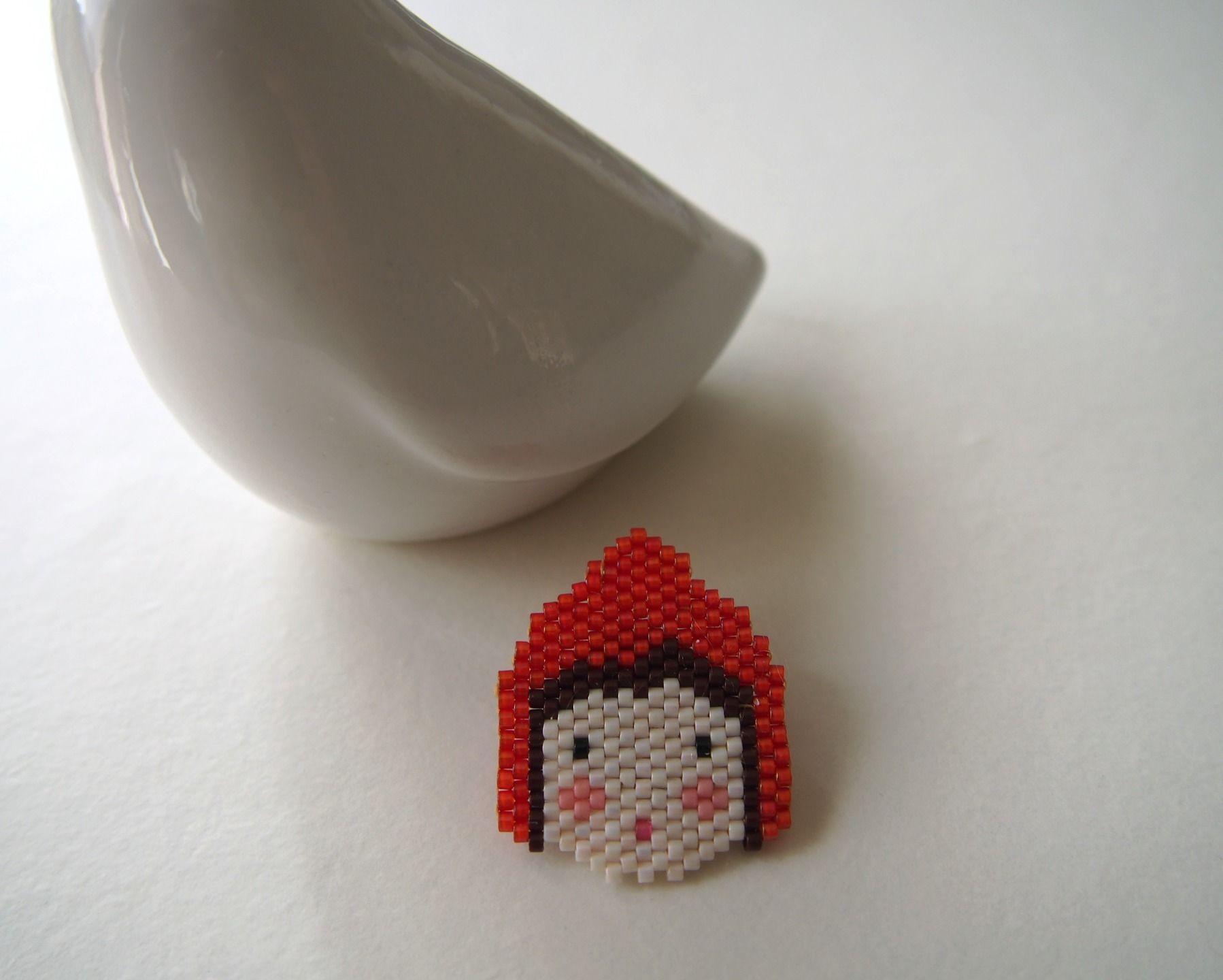Broche Petit Chaperon rouge tissée en perles Miyuki : Broche par lili-azalee-bijoux