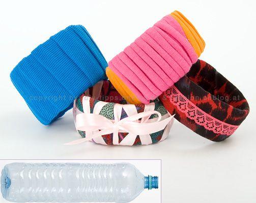 Vanhoista limupulloista ja vesipulloista voi myös valmistaa hauskoja, kankaalla päällystettyjä käsikoruja. Ja tämä ohje osoittaa, että jesari on myös askartelijan paras ystävä. Bracelets from plastic bottles