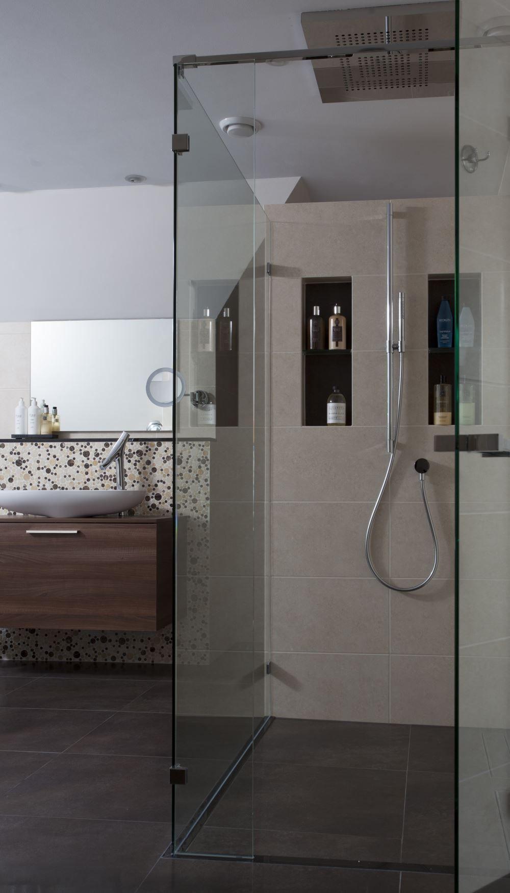 ruime inloopdouche met een nis voor douchespullen bijzonder