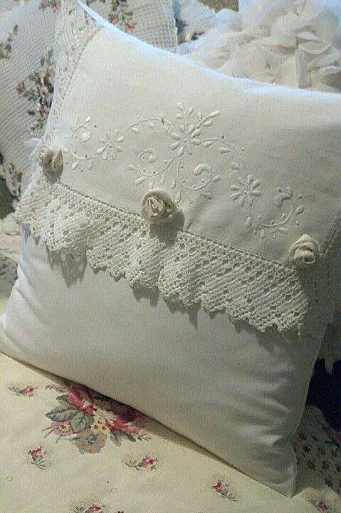 Photo of Ich habe dieses Kissen mit einem Vintage-Kommode-Deckchen gemacht.