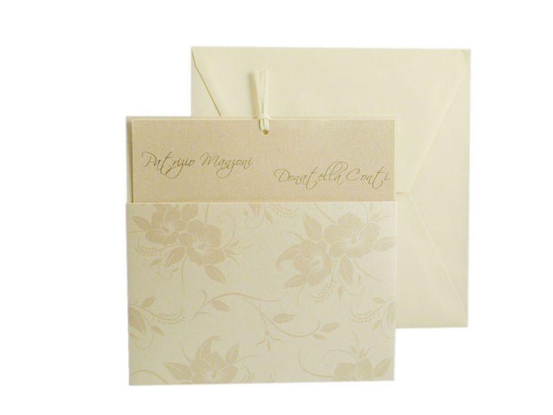 Partecipazione in cartoncino perlato con motivo floreale..