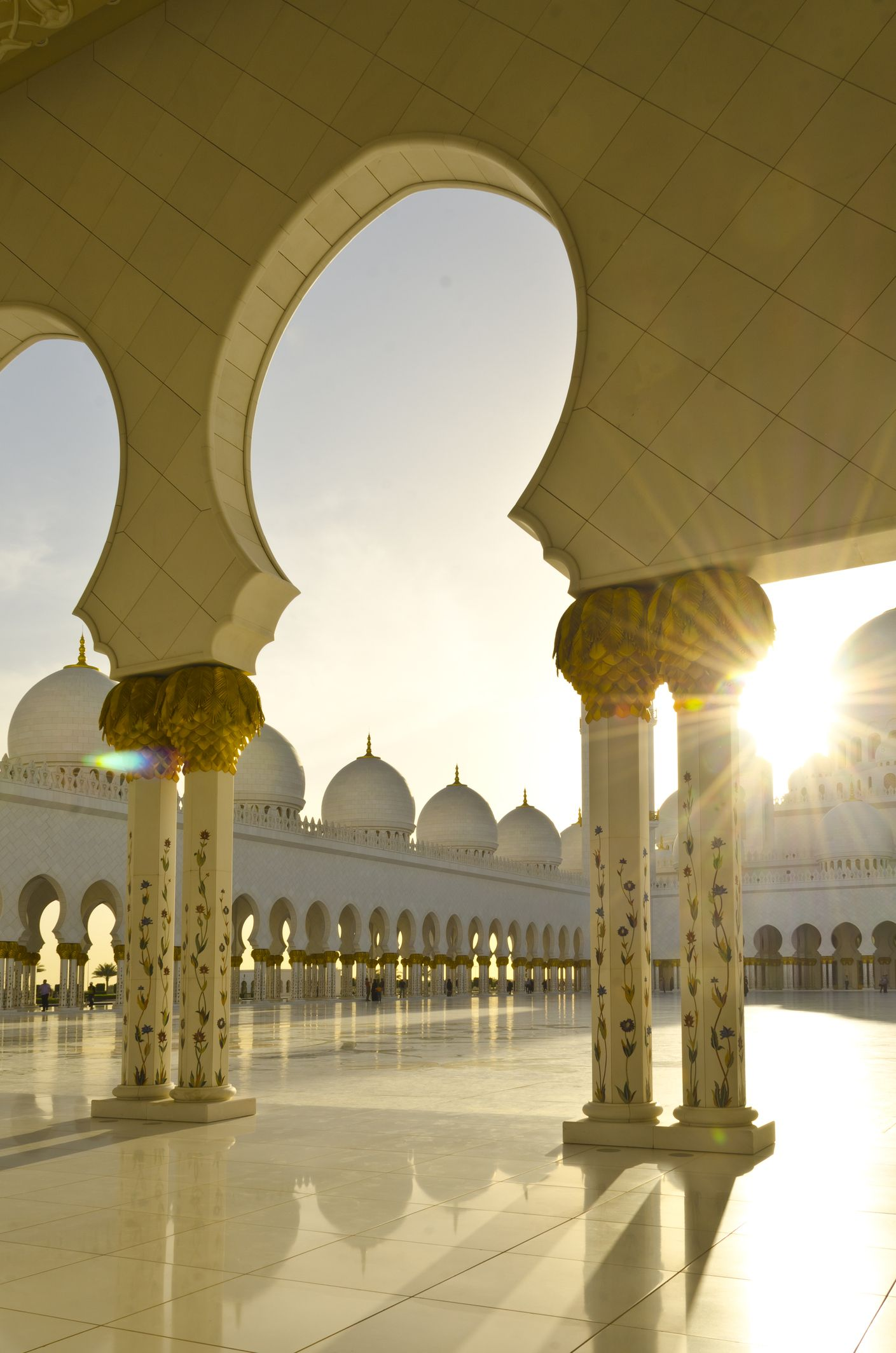 Visit the magnificent Sheikh Zayed Grand Mosque in #AbuDhabi, one of the world's biggest.