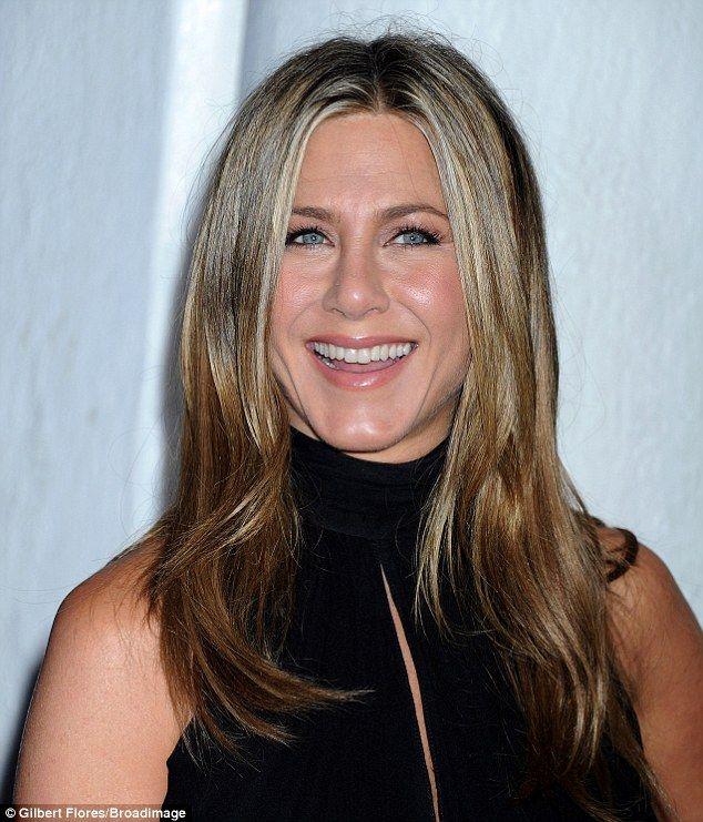Americas Sweetheart Jennifer Sported Dark Liner Minimal Make Up
