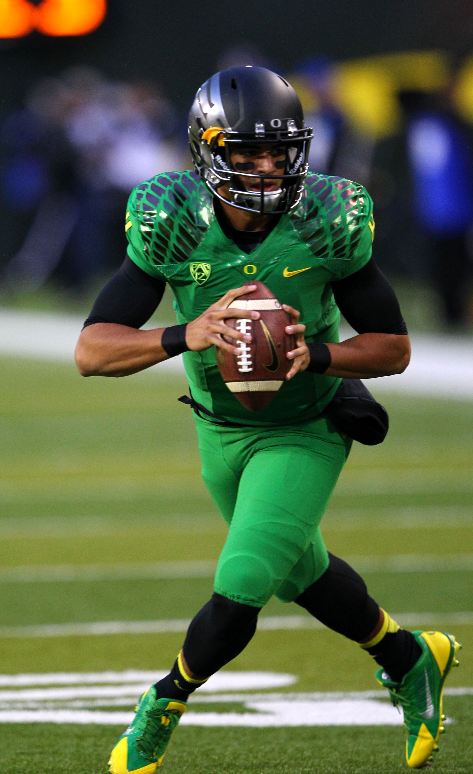 Sept 28 Vs Cal The Ducks Debuted A New Matte Black Helmet To Compliment Their Fighting Duck Green Oregon Ducks Football Ducks Football Oregon Ducks Uniforms