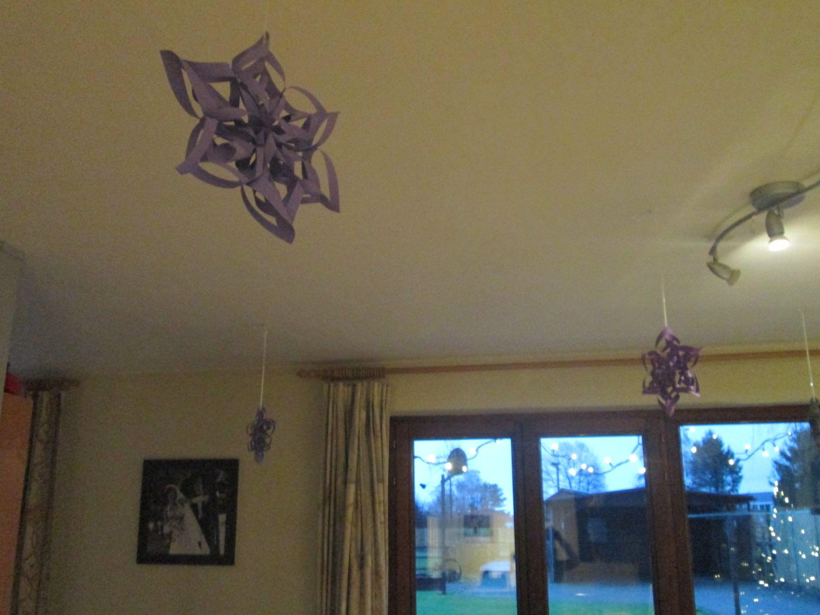 verspreide kerstversiering over heel de woonkamer | gemaakt | Pinterest
