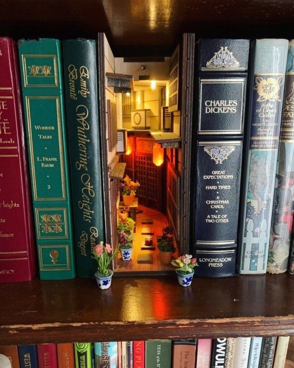 Italian Alleyway Book Nook And Book Shelf Insert Etsy Book Nooks Shelf Decor Bookshelves