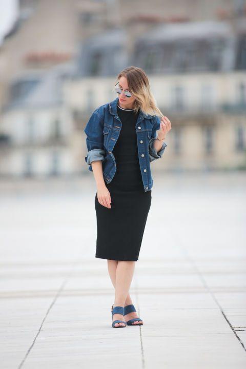 La cazadora vaquera, reina del entretiempo. Black dress+black sandals+denim jacket+sunglasses. Spring Casual Outfit 2017
