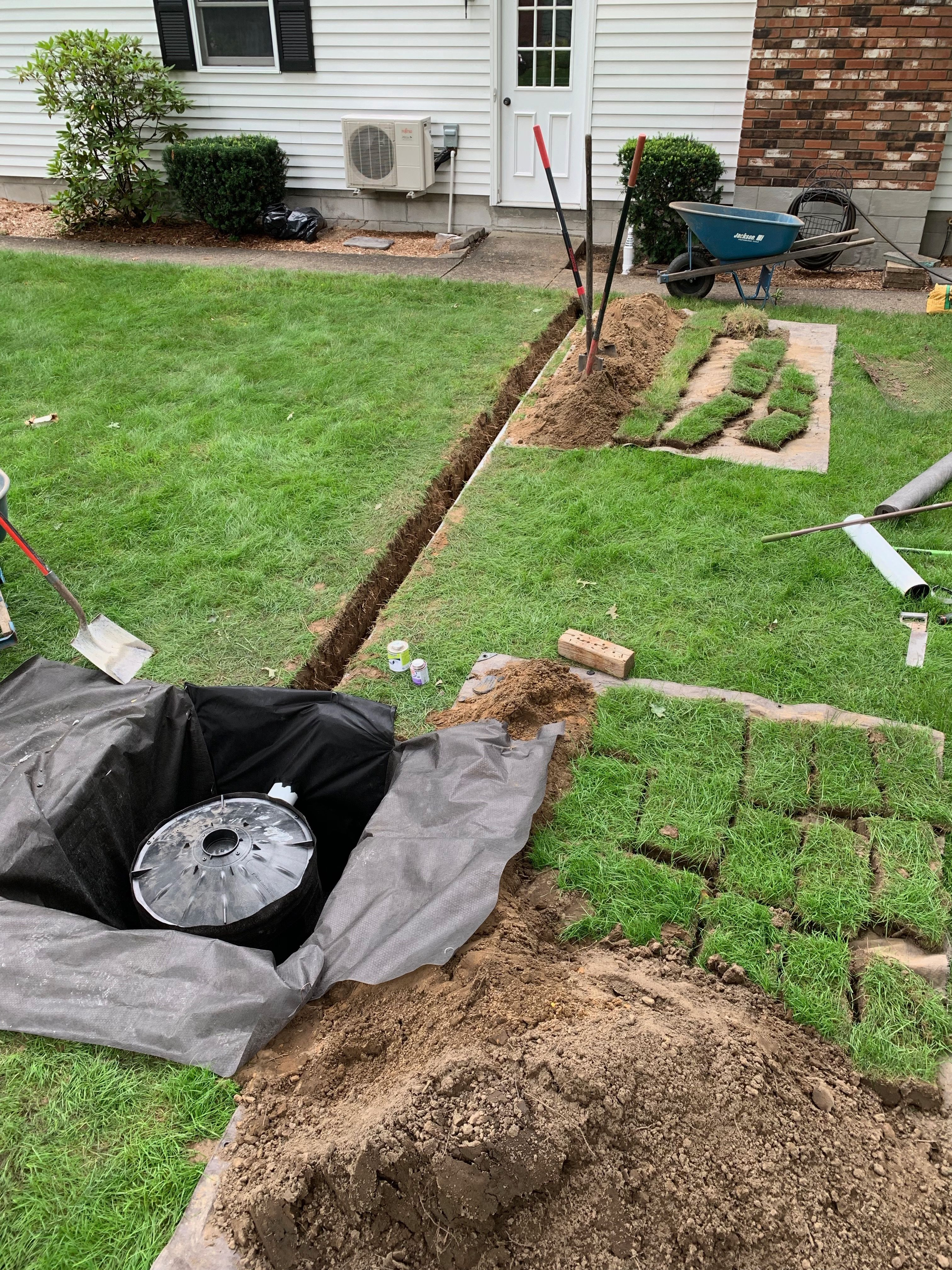 Underground Drainage Pit Installation For Sump Pump Water Foundation And Basement Waterproofing In 2020 Sump Pump Installation Sump Pump Underground Drainage