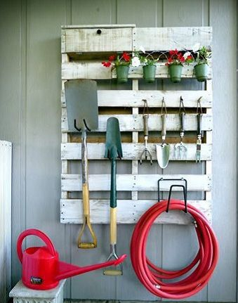 Organizar el garaje con palets de madera muebles for Muebles para garaje