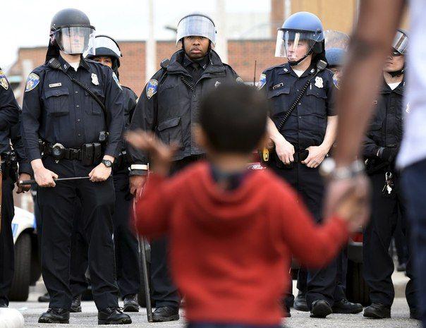 """Шинейд Моррисси """"Балтимор"""" """"Везде я слышу плач моих детей - он чудится мне в гомоне ребят, играющих до ночи при неверном свете фонарей"""" Иллюстрация — фото Sait Serkan Gurbuz/Reuters, сделанное во время беспорядков в Балтиморе (2015)"""