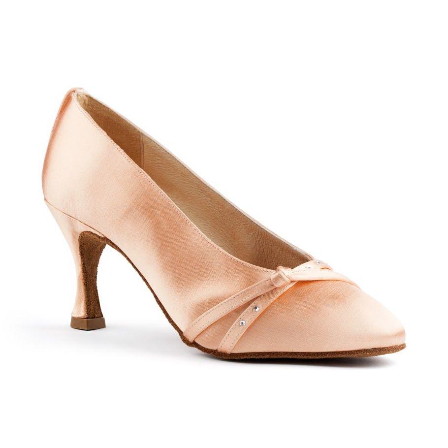 Yndefuld standard dansesko i beige satin. Modellen PD202 Premium er udført af PortDance og findes hos Nordic Dance Shoes: http://www.nordicdanceshoes.dk/portdance-pd202-premium-beige-satin-dansesko#utm_source=pin