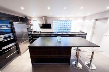 Cuisine Laquee Noire En 2020 Frigo Noir Inspiration Salle A Manger Meuble Cuisine