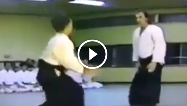 A young Steven Seagal in his dojo in Japan | Lichaam
