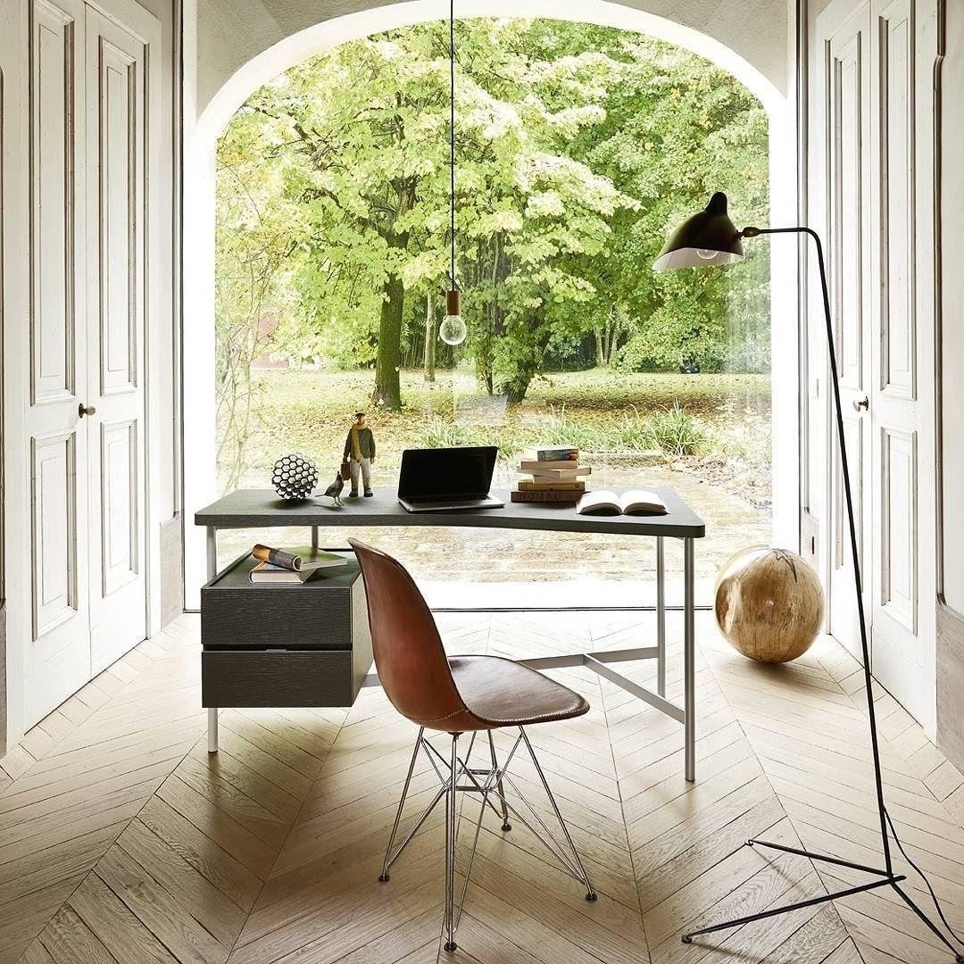 Der moderne Schreibtisch von Livitalia mit geradem Design passt in ...