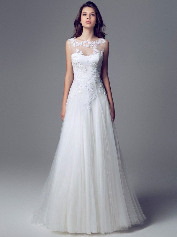 90db79a7f402 Wedding dress designs for pear-shape brides to flatter the pear shaped  figure