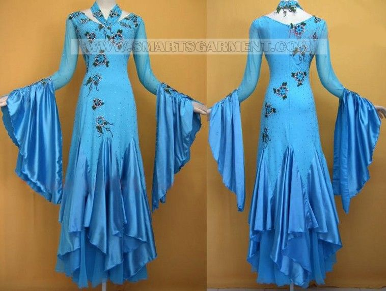 SO GORGEOUS!  Beware, though- If you go on this website prepare to freak out and wish you were a millionare!  I could pin so many of the dresses but I'll just do this one.....for now. ;)