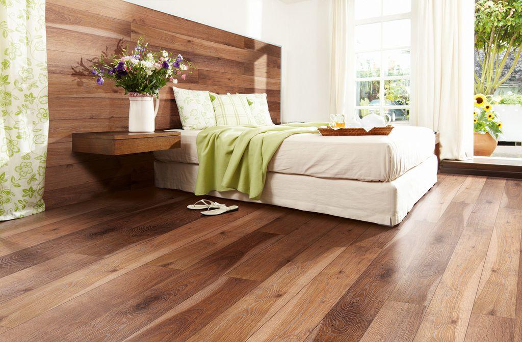 El piso flotante Floor Up incorpora un nuevo sistema para pared que ahora también permite montar las tablas de piso en casi cualquier sustrato vertical.