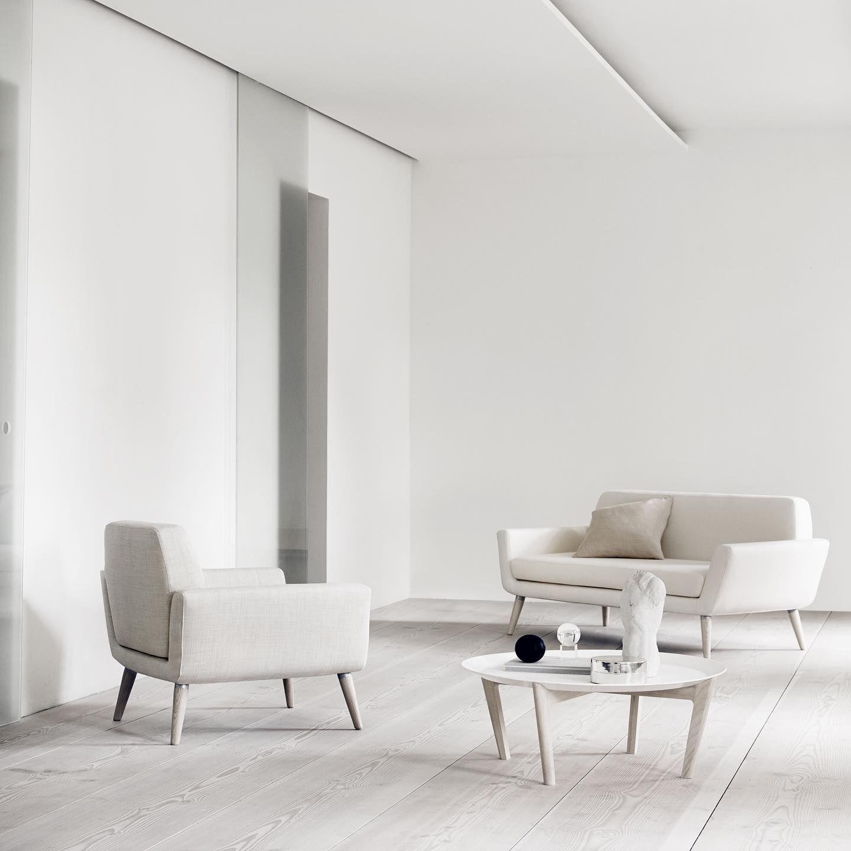 Confortable Et Compact Scope Est Une Veritable Vitrine Du Design Scandinave Avec Son Encombrement Redu In 2020 Waiting Room Design Sofa Design Comfortable Armchair