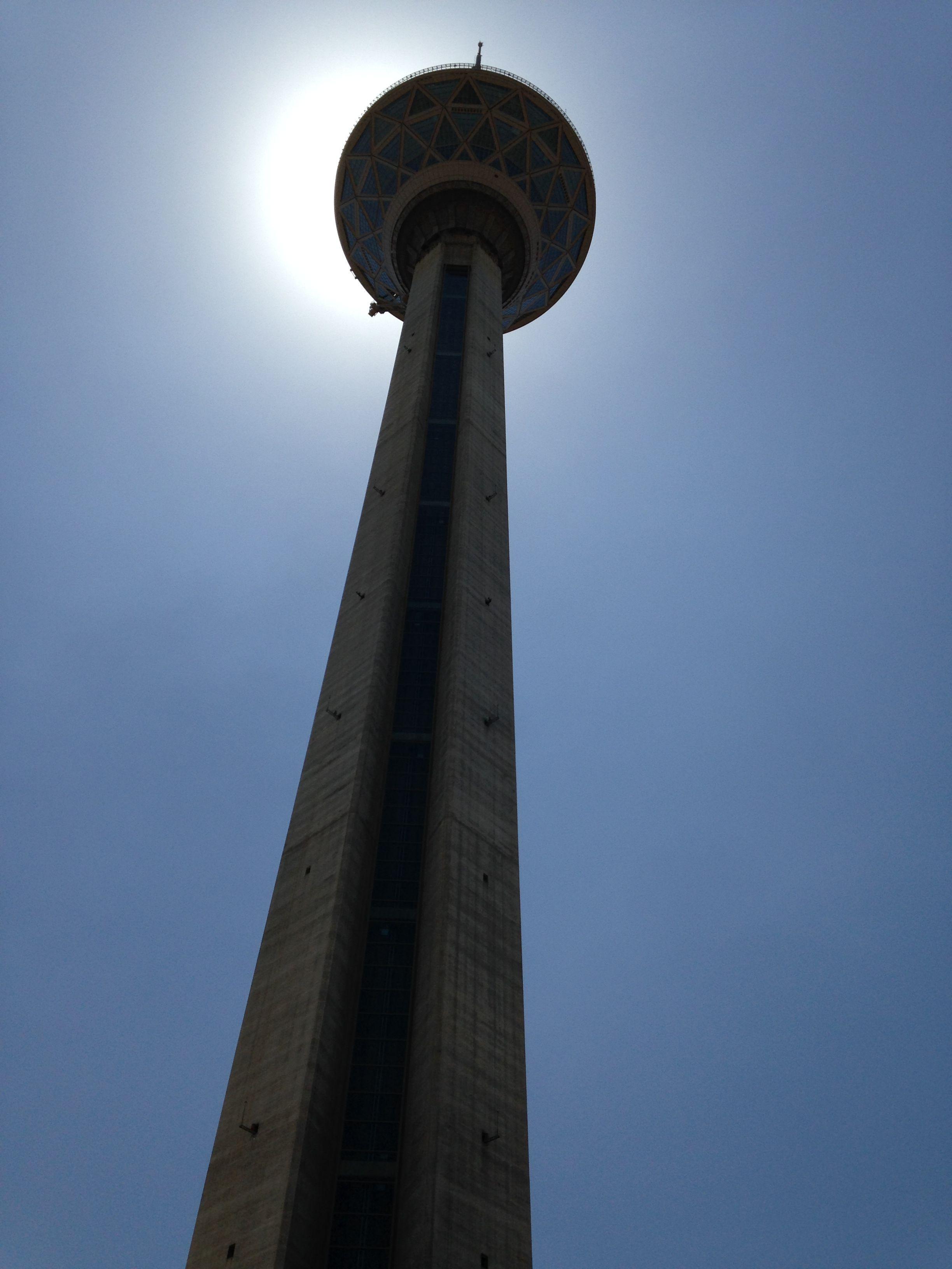 """Buchmesse Teheran 2014: Borj-e Milad (persisch برج میلاد, deutsch: """"Turm der Geburt"""") ist ein Fernsehturm in der iranischen Hauptstadt Teheran und mit 435 Metern der höchste Turm des Landes und der sechsthöchste Fernsehturm der Welt."""