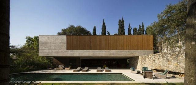 Haus Mit Steinfassade modernes haus stein fassade holz jalousien liegesessel pool bereich