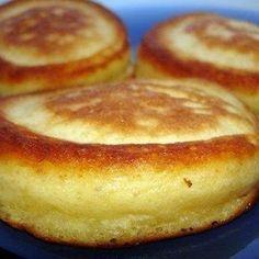 Кефир смешать с солью и сахаром, добавить муку и соду. Около 200 г, но по разному выходит, зависит от густоты кефира и качества муки.