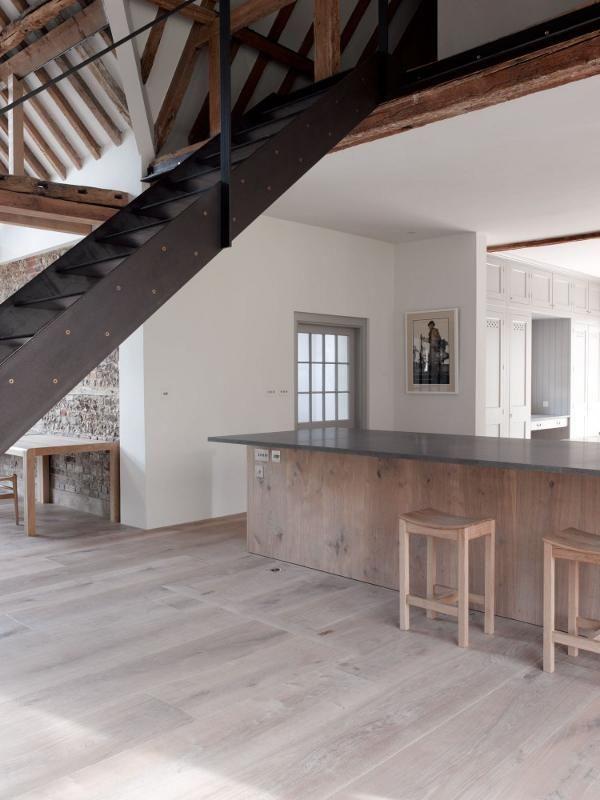 oude boerderij met authentieke elementen en minimalistisch rustiek interieur roomed