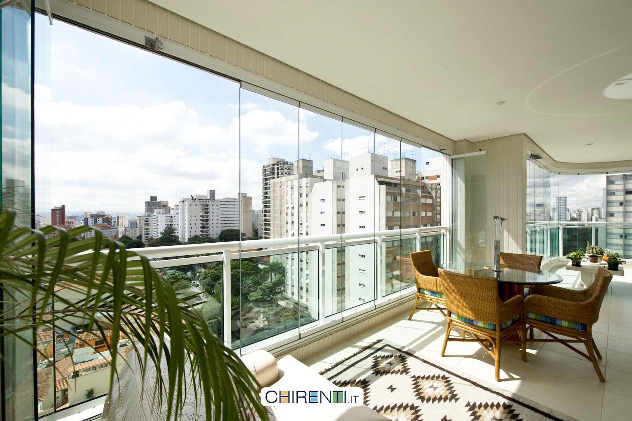 Il balcone chiuso con delle vetrate panoramiche .crea un ambiente fa ...