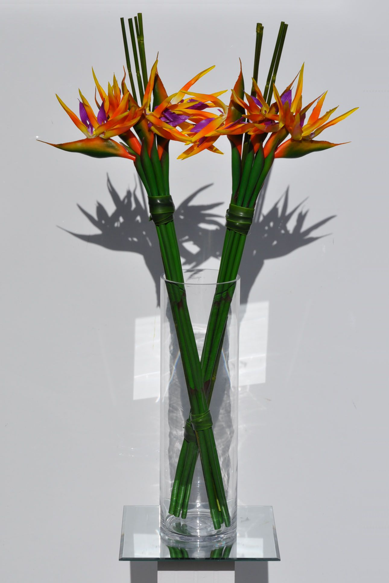 Artificial Simple Bird Of Paradise Arrangement W Bamboo Stems Arranjos De Flores Tropicais Arranjos De Flores Naturais Aranjos De Flores