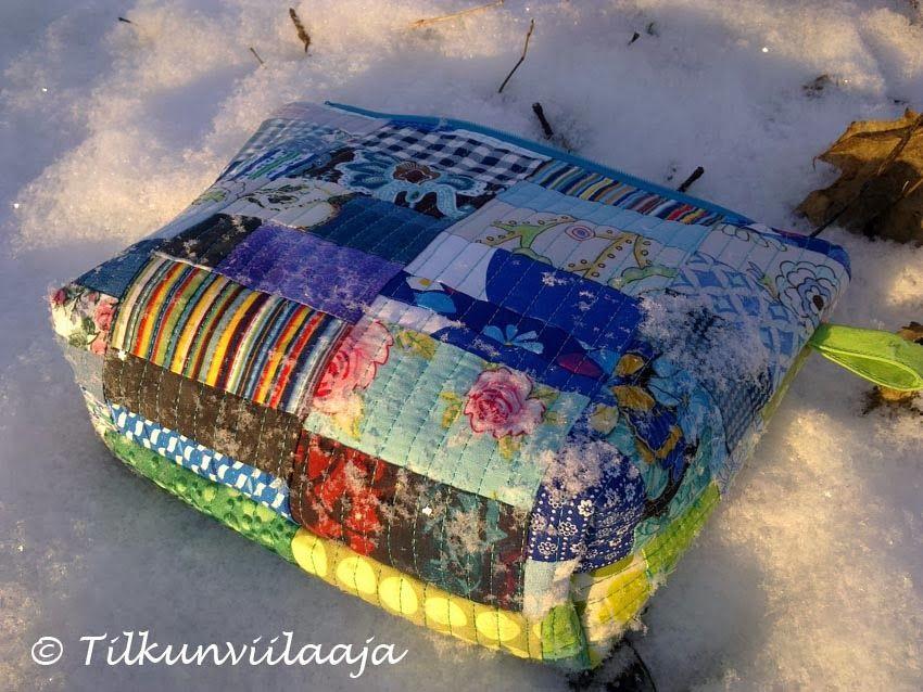 """""""Tviit-tviit"""" quilted zipper purse by Tilkunviilaaja at -15 degrees Celsius, slightly covered by snow -- Tviit-tviit-vetoketjupussukka pakkaslumessa"""
