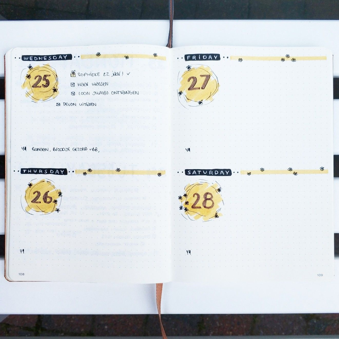 @bujo.by.marieke Bullet journal weekly layout weekly spread flowers bees yellow