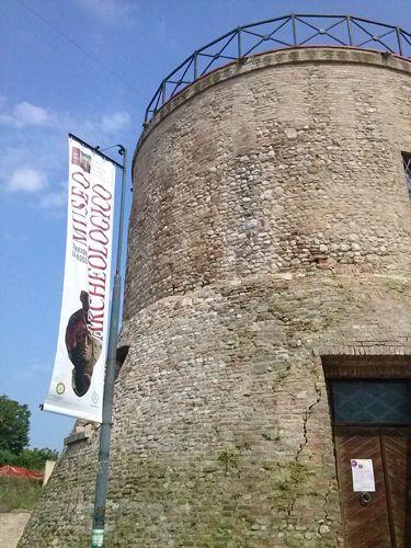 Il Rotary Club dona al Comune il nuovo stendardo del Museo archeologico