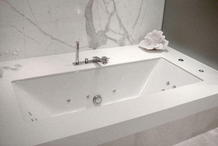 Corian® Colour: Cameo White Application: Bath Surround Design By: Mirvac
