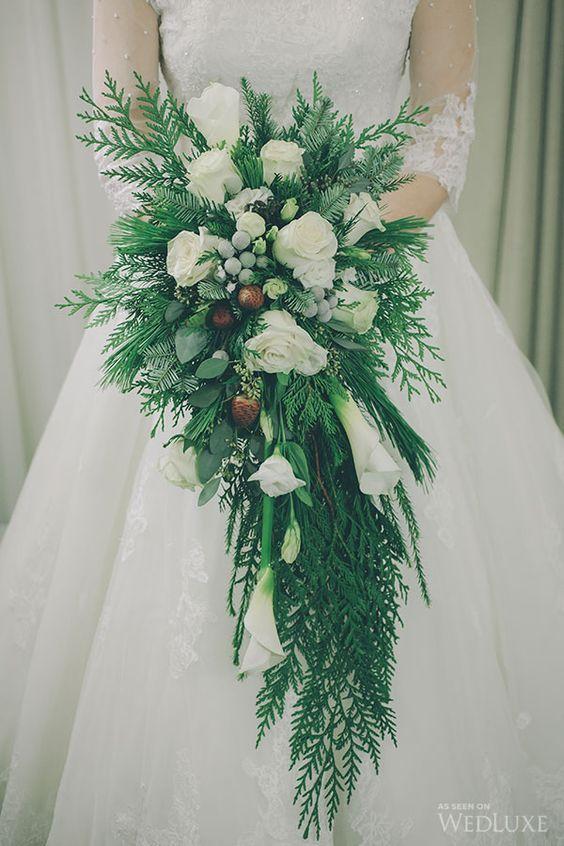 Fiori Economici Matrimonio Pungitopo Con Pigne Bouquet Da Sposa Inverno Bouquet Invernale Bouquet Di Gigli