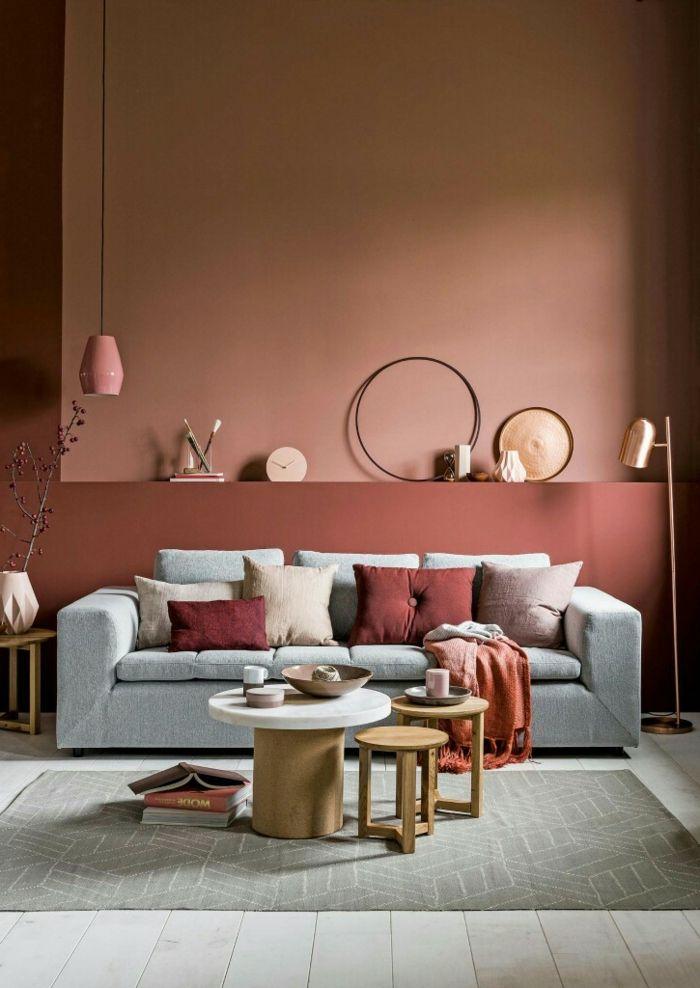 Hochwertig Wohnzimmer Einrichtung, Wandfarbe Apricot, Graues Sofa, Kleiner Tisch Und  Hocker, Viele Dekoartikel