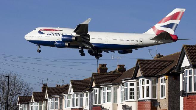 Salamatkustajan epäillään pudonneen British Airwaysin Boeing 747 -koneesta. Kuvan samantyyppinen kone ei liity tapaukseen.