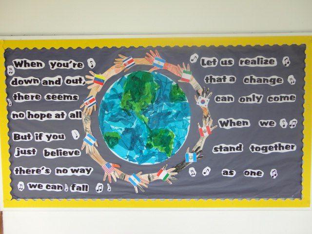 Celebrando el Día de las Naciones Unidas. Los niños decoraron el mundo con papel seda y goma,con la silueta del brazo de cada niño sosteniendo la bandera de su país de origen. Parte de la letra de la canción que ellos cantaron en la asamblea. PKC 2012