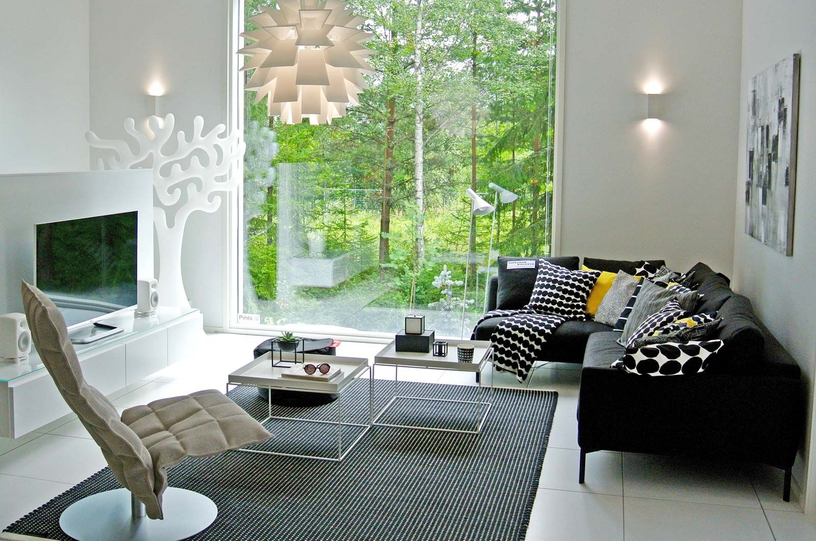 making a small room look bigger needs you to trick the eye here are 15 simple ideas for small rooms to make the room look bigger - Ideas To Make A Small Room Look Bigger