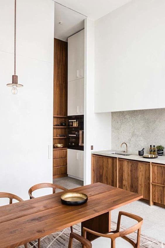 Cuisine Blanc Et Bois Avec Grande Hauteur Sous Plafond En 2020 Decoration Interieure Cuisine Interieur Design Armoire De Cuisine