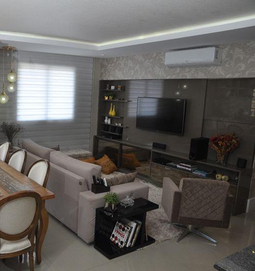 Projeto feito pelo escritório Interno Design – Arquitetura e Interiores, dos designers Claudiney Simião, Josiane Castilho e da arquiteta Patricia Fayad em parceria com a Romanzza de Curitiba.